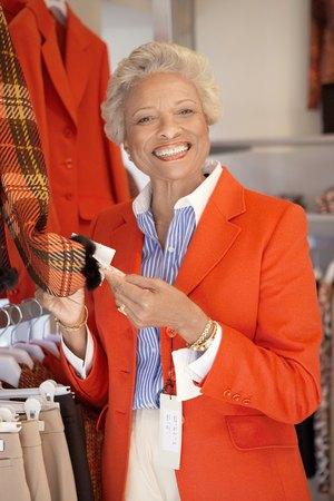 opting: Smiling Woman Shopping LANG_EVOIMAGES