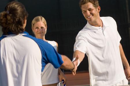 poign�es de main: Les joueurs de tennis Shaking Hands at Net