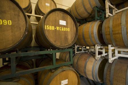Vins fûts dans vinerie Banque d'images - 5438073