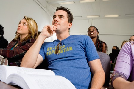 Estudiantes que escuchar conferencias