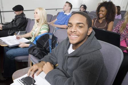 レクチャー ホールに座っている学生