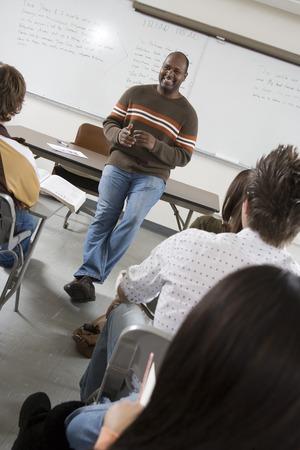 教室の大学生を教える講師