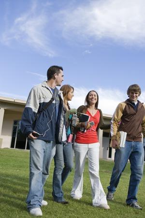 low angle views: Estudiantes universitarios que caminar, al aire libre
