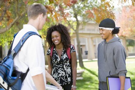 Giovani studenti avendo chat Archivio Fotografico - 5438215