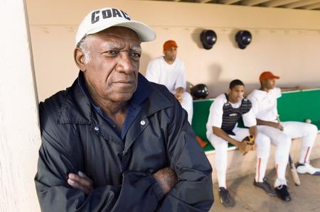 baseball dugout: Entrenador de b�isbol Watching desde el dugout