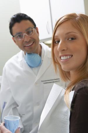 dentist s office: MÅ'oda kobieta w biurze firmy dentysta
