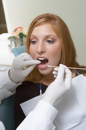 dentist s office: MÅ'oda kobieta w urzÄ™dzie dentysta firmy