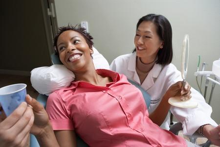 pacientes: Al dentista de visitante de mujer