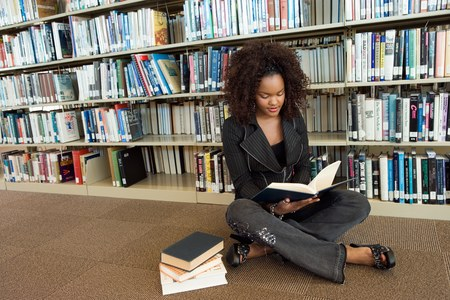 undergraduate: Young Woman at the Library LANG_EVOIMAGES