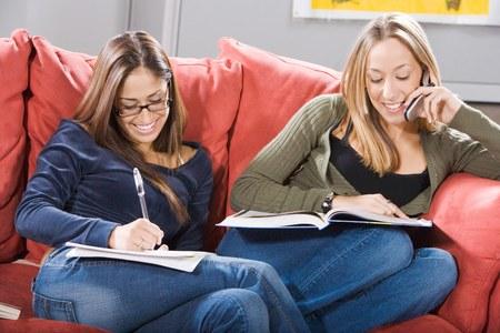 seres vivos: Los estudiantes universitarios que estudian juntos