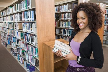 leerboek: College Student in de bibliotheek
