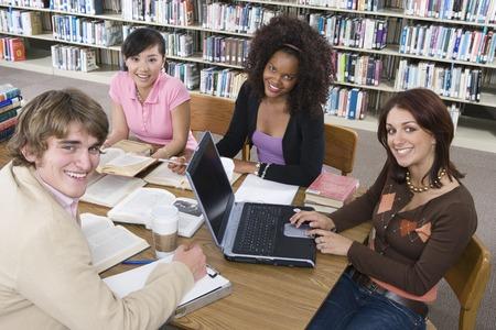 図書館で勉強して 4 つの大学生