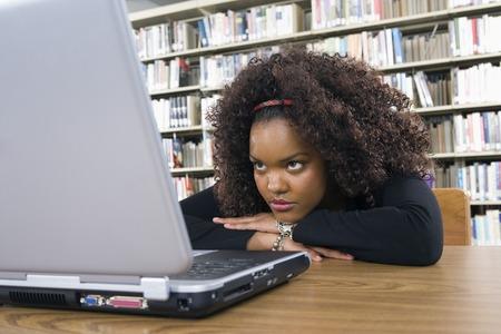 図書館で学ぶ女性大学生