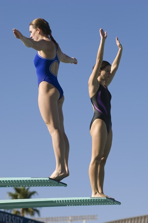 nataci�n sincronizada: Dos mujeres de pie sobre trampolines