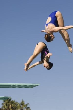 Deux femmes de plongée plongeoir