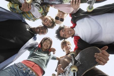 adolescencia: J�venes amigos en huddle  LANG_EVOIMAGES