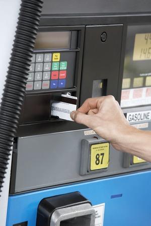 Carica benzina alla pompa del carburante Archivio Fotografico - 5438393