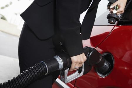 station service: Businesswoman plein dans une station de gaz