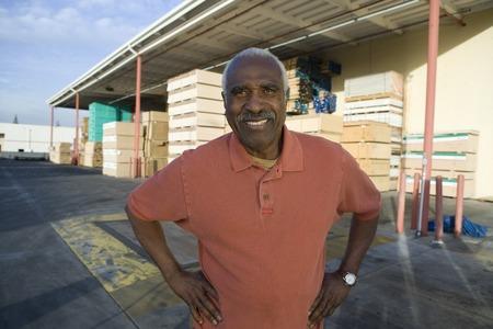 木材の完全な倉庫外の年配の男性 写真素材