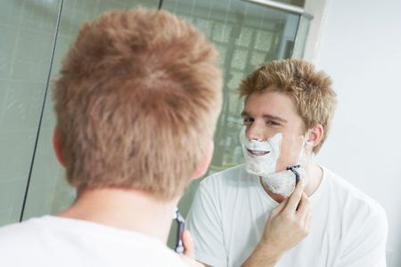 hombre afeitandose: Afeitada de hombre LANG_EVOIMAGES