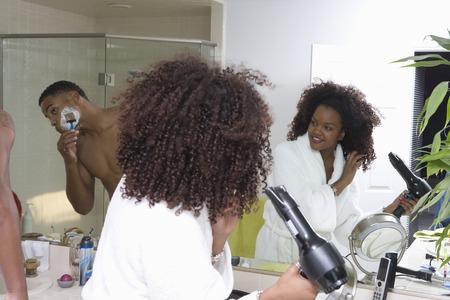 バスルームの鏡の前でカップル