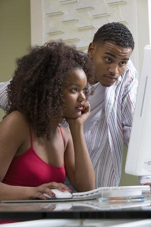 男と女の pc コンピューターを使用して