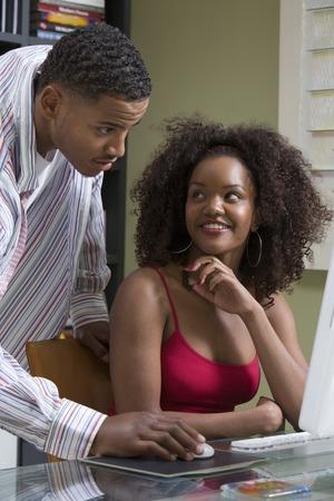 男と女一緒に pc コンピューターを使用して 写真素材