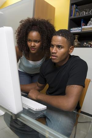 男と女の pc のコンピューターを使用して