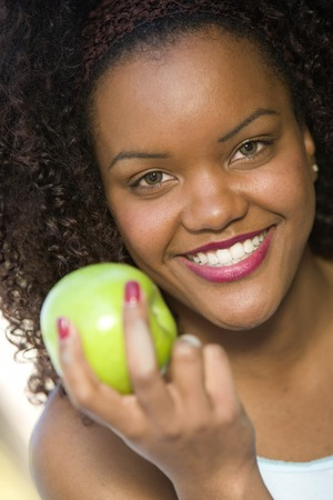 アップルは、若い女性の肖像画笑みを浮かべて