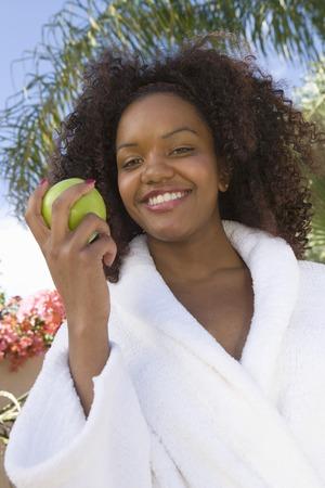 屋外リンゴを保持している若い女性、肖像画