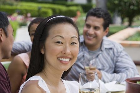 友人の屋外でワインを飲む女 写真素材