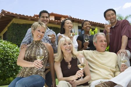友人を屋外にワインを飲む 写真素材