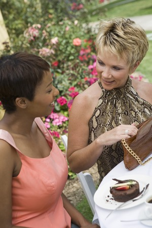 女性の屋外のテーブルで会話 写真素材