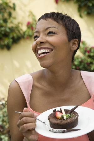 屋外のデザートを食べる女性 写真素材