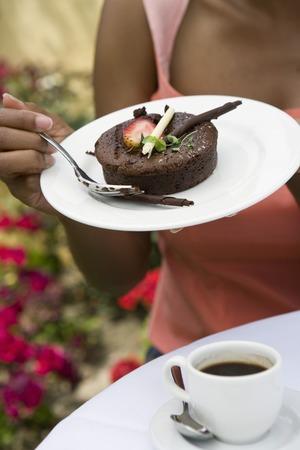 女性食べるデザート アウトドア、中間セクション 写真素材 - 5449938