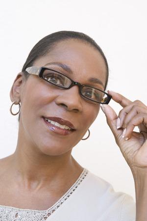 笑顔の女性のスタジオ ポートレート 写真素材