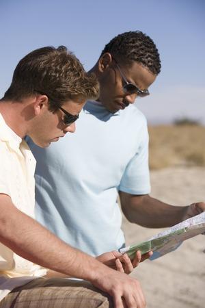 地図を読む 2 つの若い男性