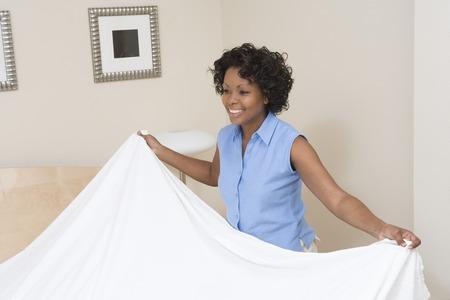 女性のベッドの作成 写真素材 - 5460079