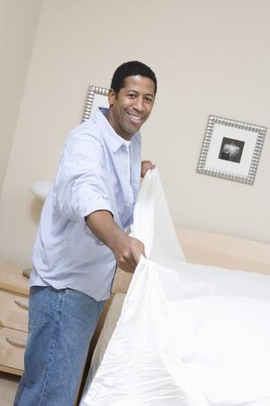 ベッドを作る男