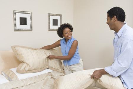 enamorados en la cama: Par hacer una cama juntos