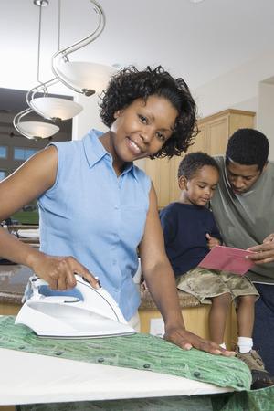 女性アイロン国内台所で母の父と子 写真素材 - 5460113