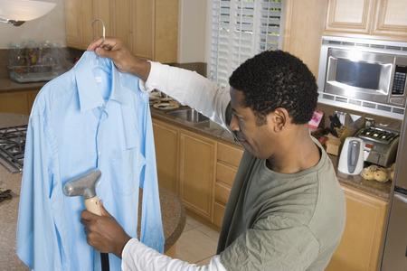 国内台所でシャツをクリーニング半ばの大人女性