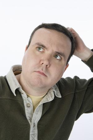 El hombre rasc�ndose la cabeza, mirando hacia arriba Foto de archivo - 5460206
