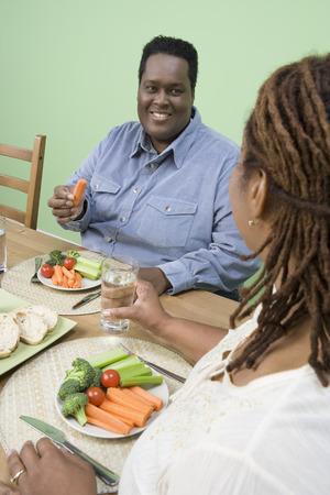 健康的な食事を持っている太りすぎの半ば大人カップル