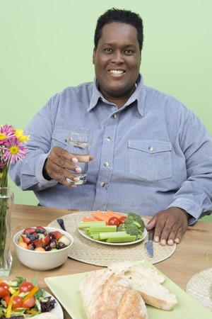 健康的な食事を持っている太りすぎの半ば大人人 写真素材 - 5460365