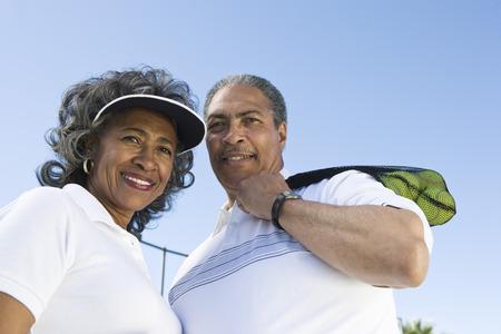 テニス用品とカップルの肖像画