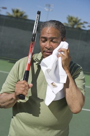 toweling: Tennis player toweling face