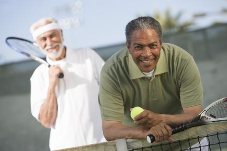 裁判所に 2 人の男性のテニス プレーヤー 写真素材 - 5470192