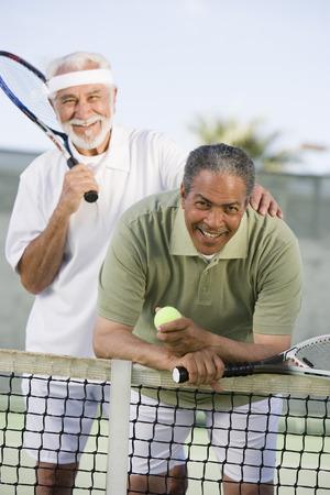 裁判所に 2 人の男性のテニス プレーヤー