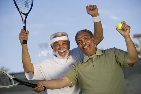 応援裁判所に 2 人の男性のテニス選手 写真素材 - 5470194